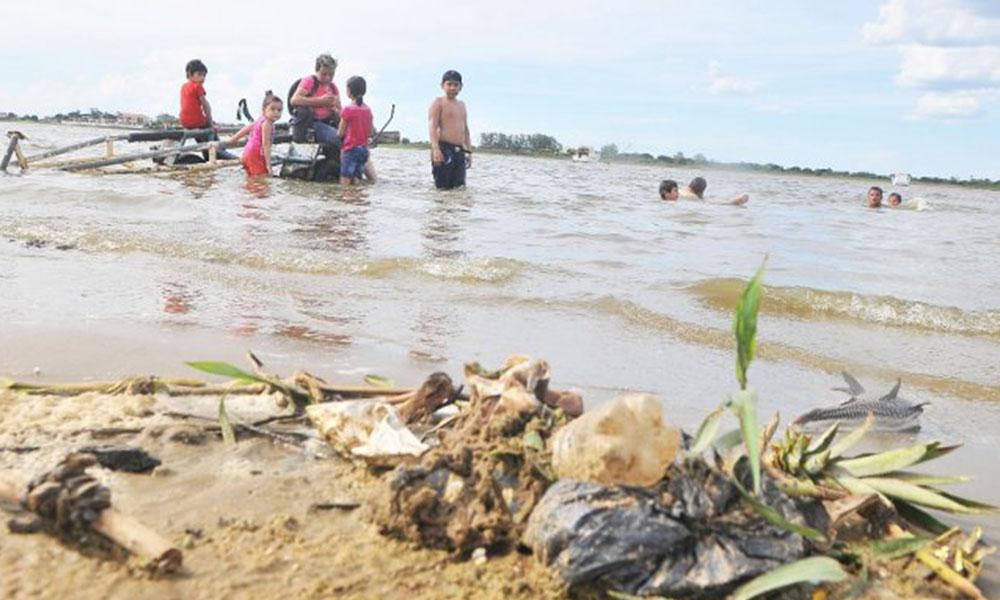 Alerta. Las personas se dieron un chapuzón en las aguas de la bahía, no aptas para el baño. Foto://Ultimahora.com