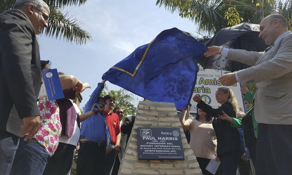 Referentes del Rotary Club, descubren la placa que denomina a la nueva calle de Coronel Oviedo. Foto://OviedoPress.