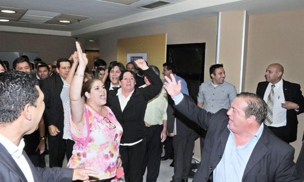Festejo. A los gritos los funcionarios de Diputados festejaron la aprobación de la ampliación presupuestaria. //UltimaHora.com
