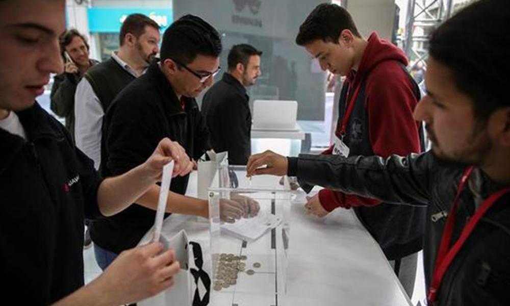 Forman larga fila para conseguir teléfonos a 1 peso en Argentina