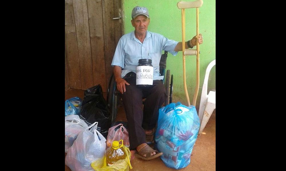 Don Cañete feliz, con sus muletas y las donaciones y aportes por parte de la ciudadanía ovetense. //Facebook - Paty Vega Traversi