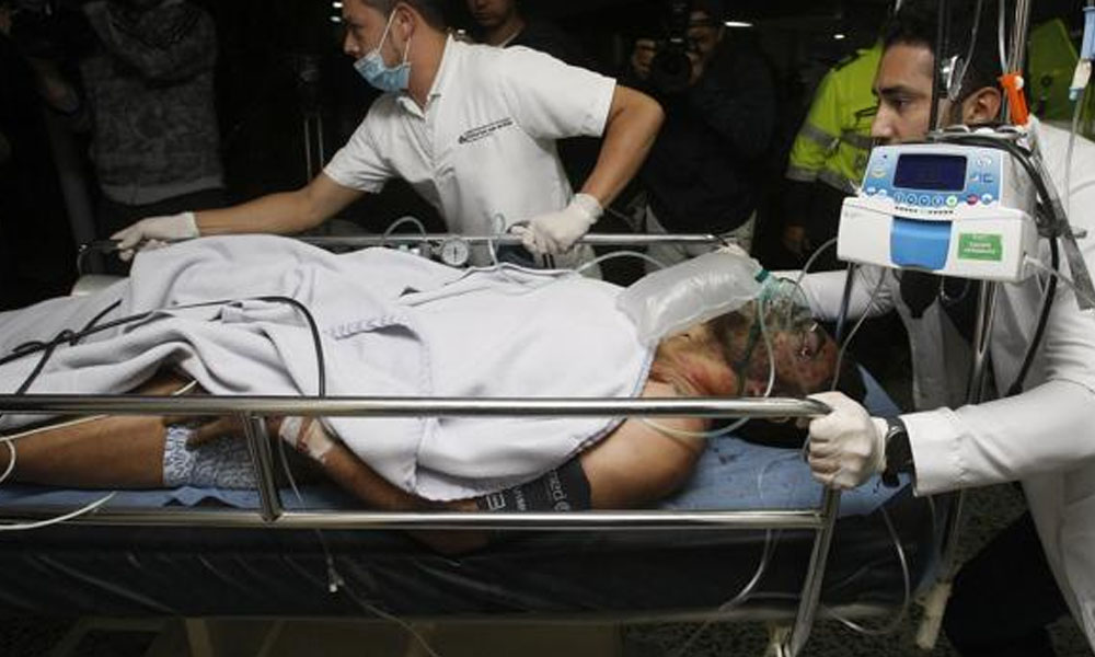 Alan Ruschel, uno de los cinco sobrevivientes, llega a un hospital de Colombia. //EFE