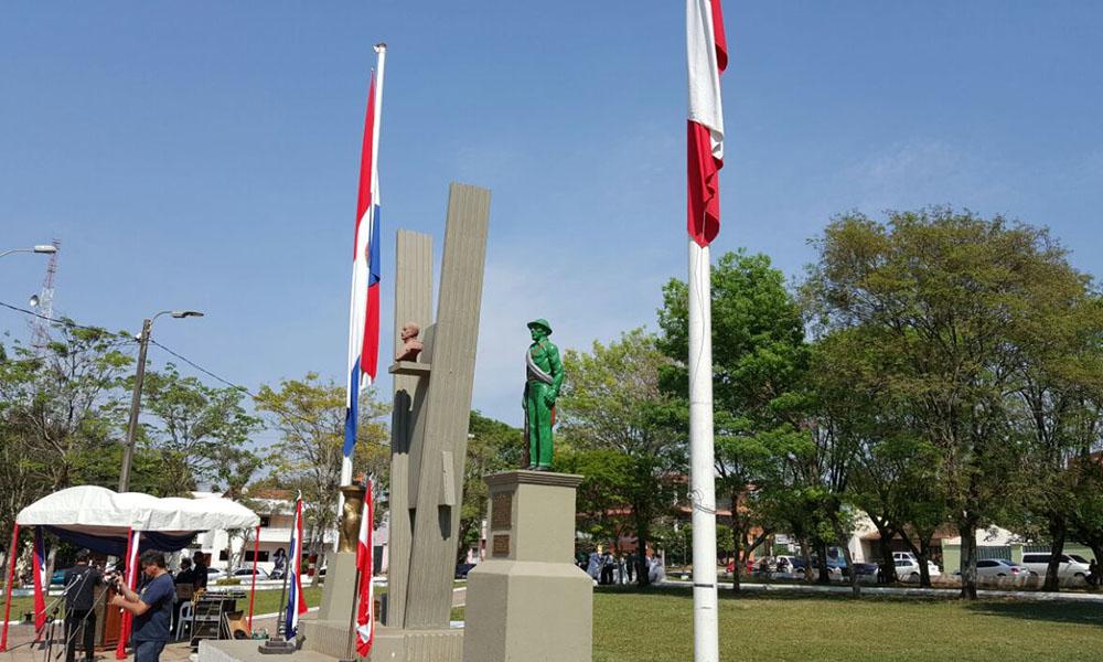 En el acto se brindó una ofrenda florar, frente a las cenizas del Coronel Florentín Oviedo, que yace en la plaza de los Héroes, y frente al soldado desconocido. //OviedoPress