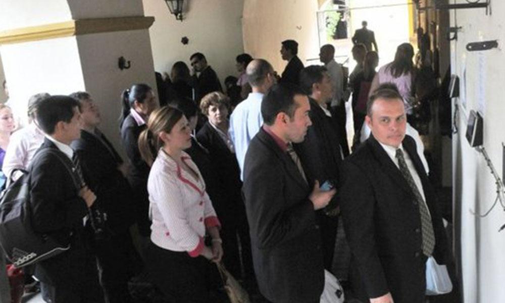 Foto referencial: Los funcionarios aguardan la hora establecida para marcar su salida del Congreso. Archivo -Última Hora