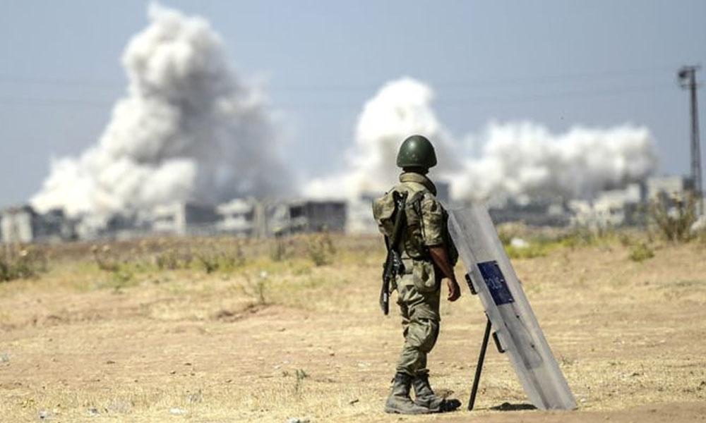 Soldado turco observa desde Suruc, Turquía, los combates del otro lado de la frontera. //bbc.com