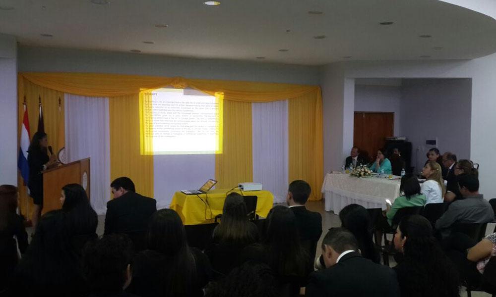 Defensa de tesis de una alumna de la carrera de Contabilidad de la UNCA. //OviedoPress