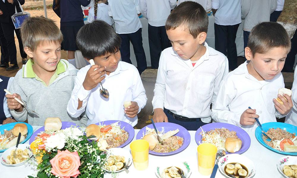 Niños recibiendo almuerzo escolar. Foto: //ArchivoOviedoPress