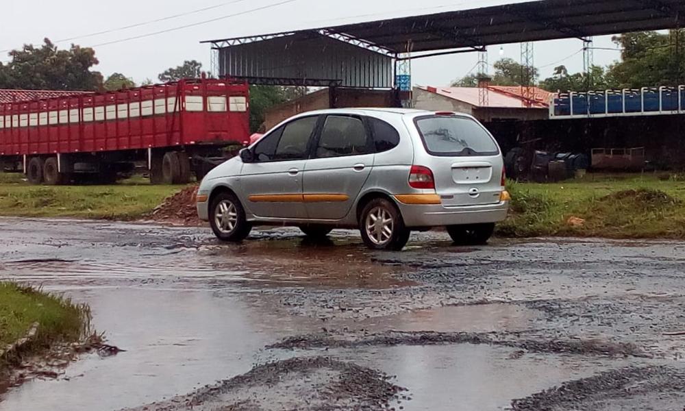 Abandonan vehículo en plena calle del barrio Capitán Roa