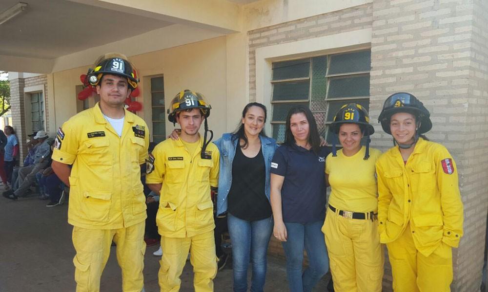 Bomberos Voluntarios (amarillos) de la ciudad de Coronel Oviedo, en compañía de voluntarias de RENACI. //OviedoPress