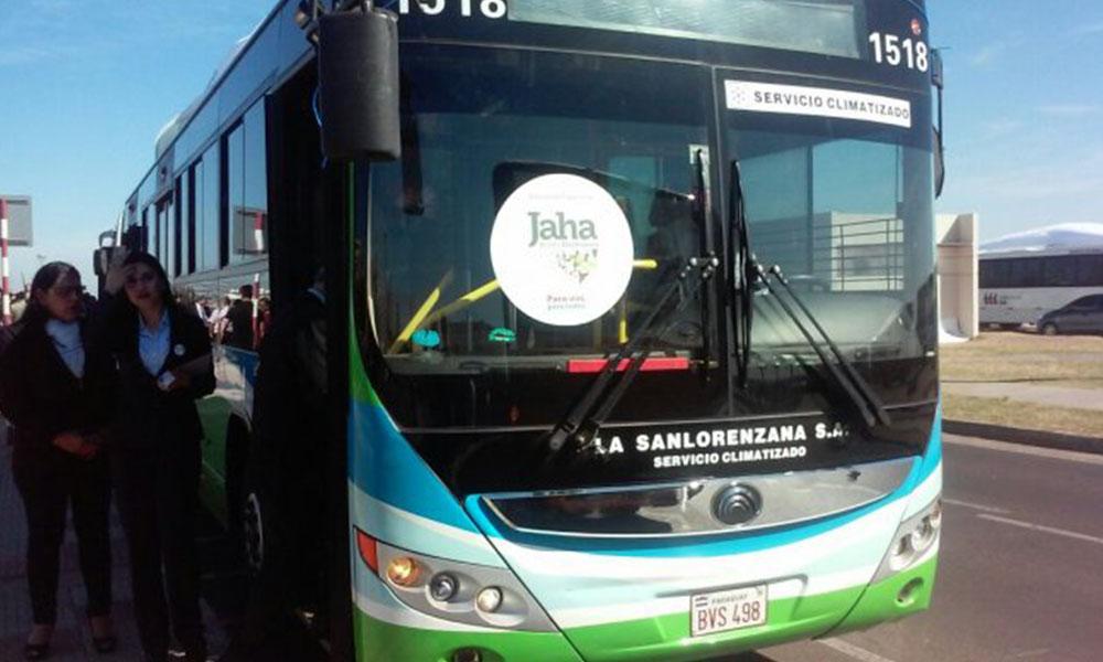 Una de las unidades identificadas con la calcomanía del boleto electrónico Jaha. Foto://Jhojhanni Fiorini