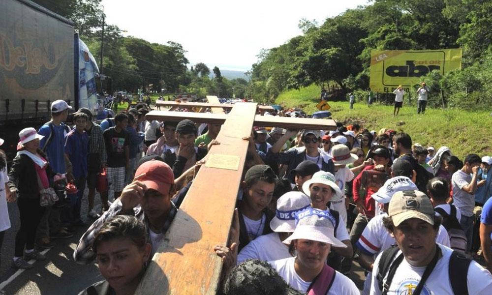 Jóvenes cargando la Cruz Peregrina. //CEP – Conferencia Episcopal Paraguaya