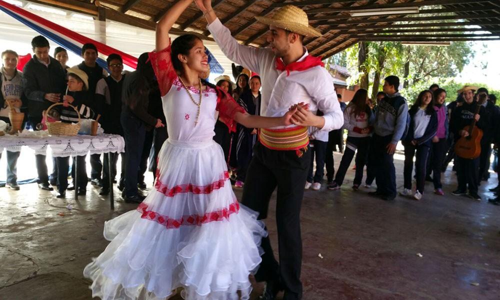 Alumnos del colegio Nacional Pedro P. Peña realizando una tradicional danza paraguaya. //OviedoPress
