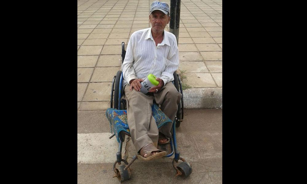 Don Celestino Benítez clama por una muleta para volver a caminar. //OviedoPress