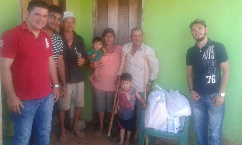 Don Cañete recibió las tan anheladas muletas y varios víveres por parte de un grupo de jóvenes. //Gentileza