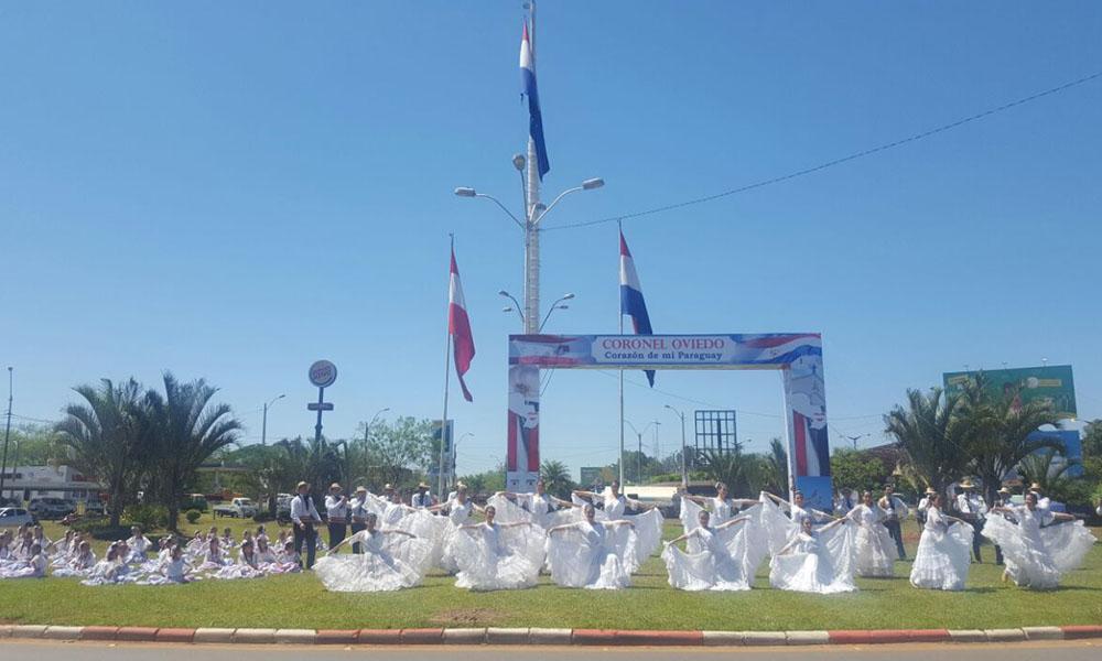 La rotonda del Cruce Internacional de Coronel Oviedo, se llenó de color, danzas y espíritu patriota este jueves. //OviedoPress