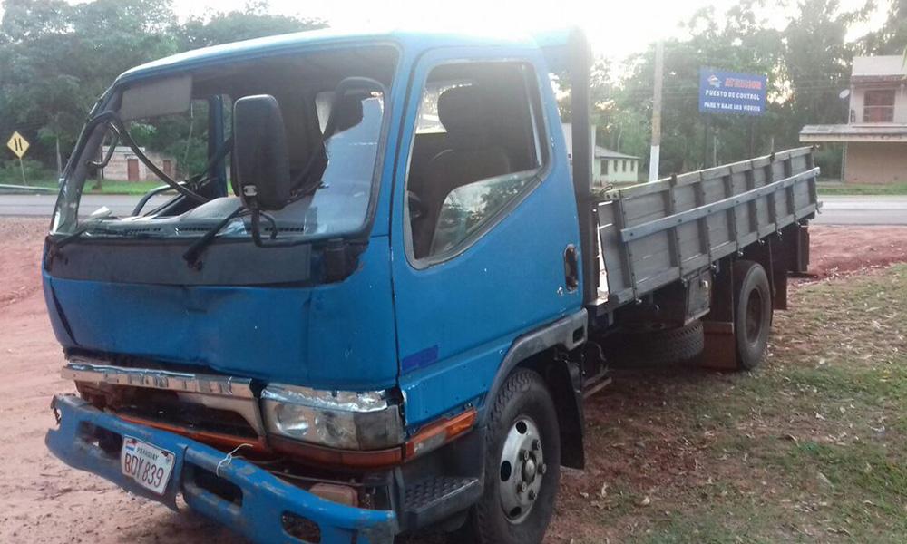 ste camión impactó contra un vehículo de la FTC en Yby Yau, viabajan 8 miltares, 7 de ellos resultaron heridos. Foto://Radio 780 AM