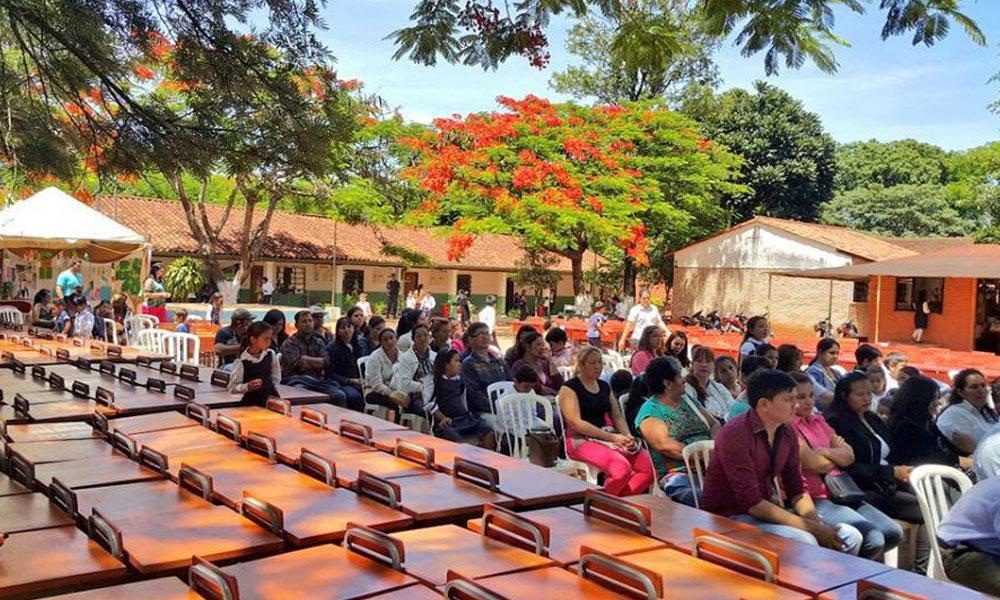 11 instituciones educativas de la ciudad de Caaguazú recibieron sillas y mesas pedagógicas por parte del Gobierno Departamental este miércoles 22 de noviembre. //Facebook – Gobernación de Caaguazú