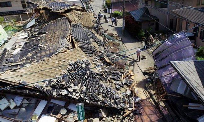 Casas derribadas se observan en la población de Mashiki, Japón. //PrensaLibre.com