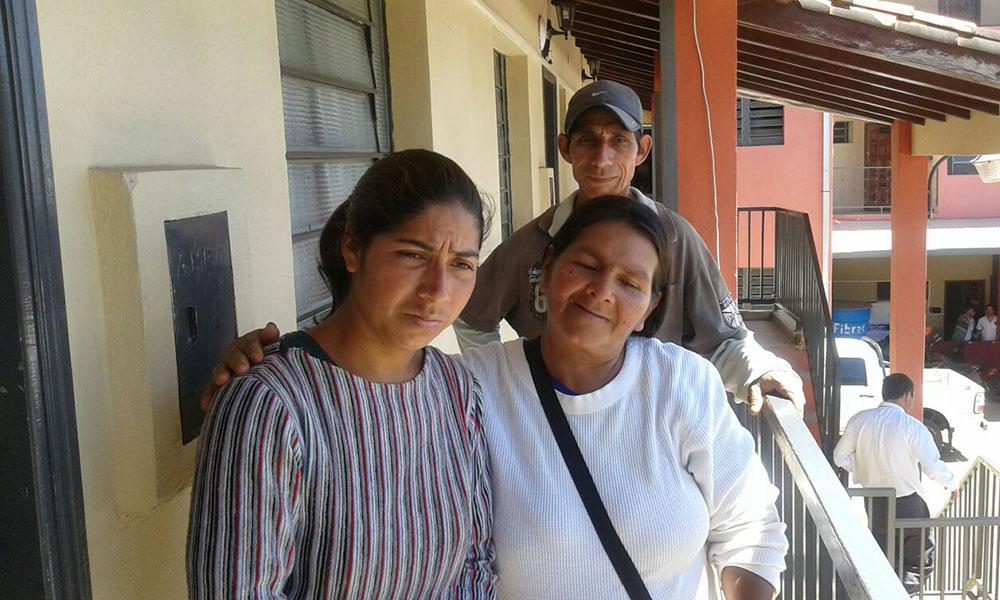 Claudelina Aquino Álvarez, en compañía de sus padres luego de presentar declaración indagatoria en la secretaria fiscal de Coronel Oviedo. //OviedoPress