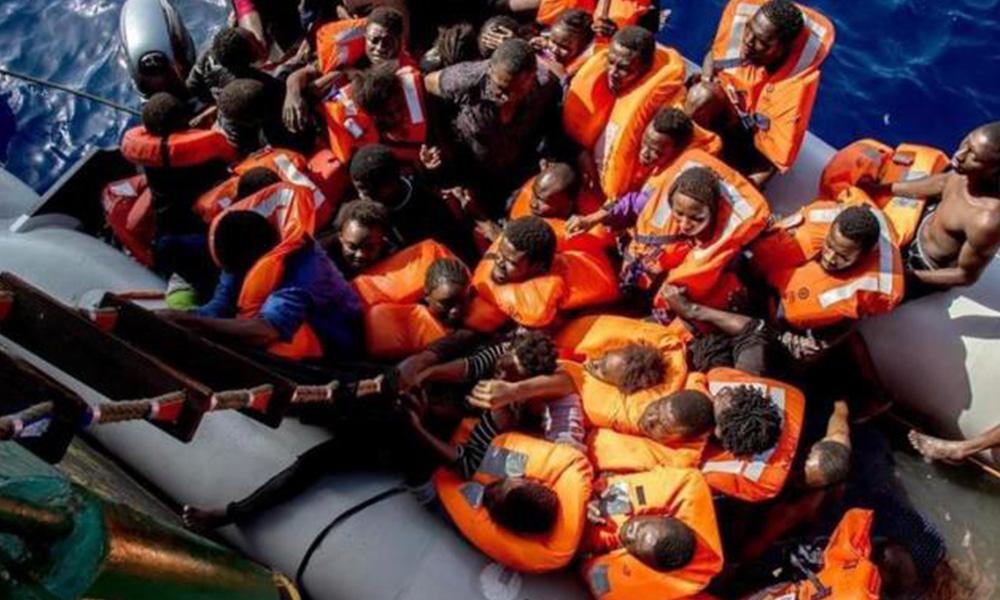 Fotografía cedida el pasado miércoles, 26 de octubre, por Médicos sin Fronteras (MSF) que muestra a miembros de la embarcación Bourbon Argos durante una operación de rescate, en el Mar Mediterráneo. Foto://EFE