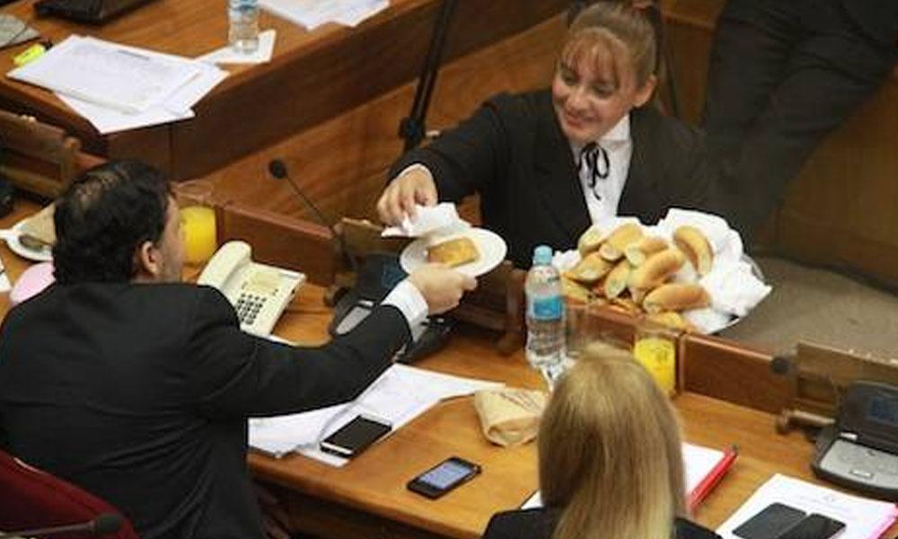 Cada senador va pidiendo lo que se le apetece, un café con leche o cocido con leche. //Hoy.com.py