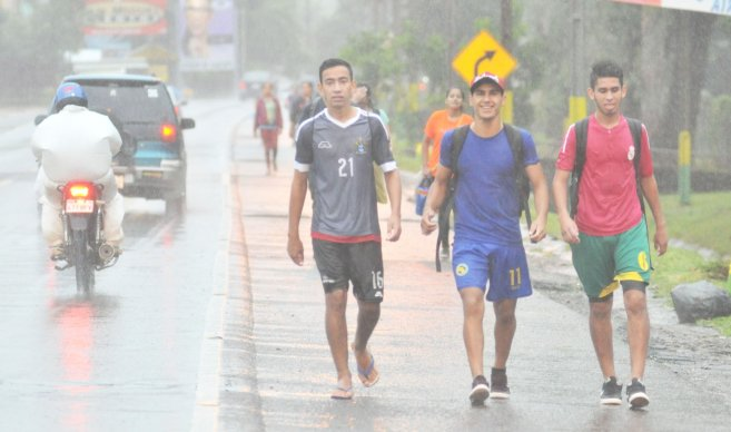 Desafío. Enfrentando viento y lluvia, peregrinos siguieron a pasos firmes el trayecto hasta la Virgen.