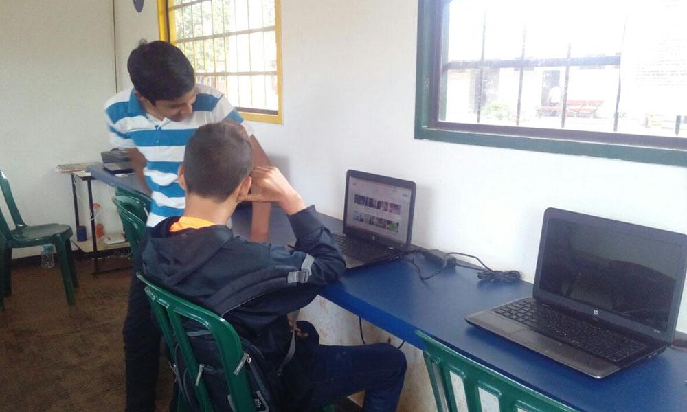 Alumnos del colegio Santa Lucía se van perjudicados por el lamentable hecho. //OviedoPress