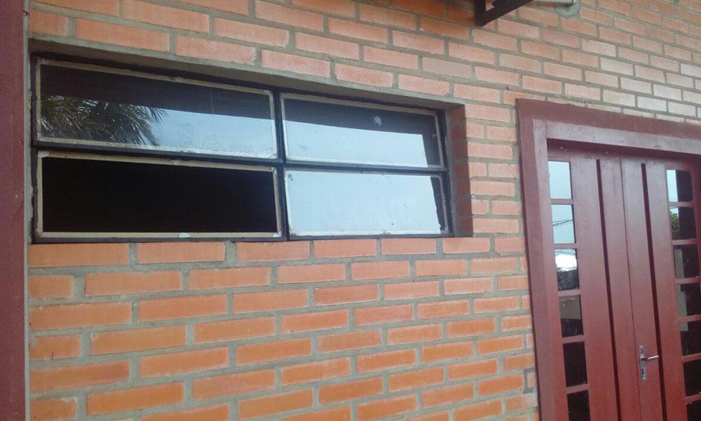 """Ventana rota por la cual se ingresó al interior de una de las oficinas del Coliseo Departamental """"el Cerrito"""" de la ciudad de Coronel Oviedo. //OviedoPress"""