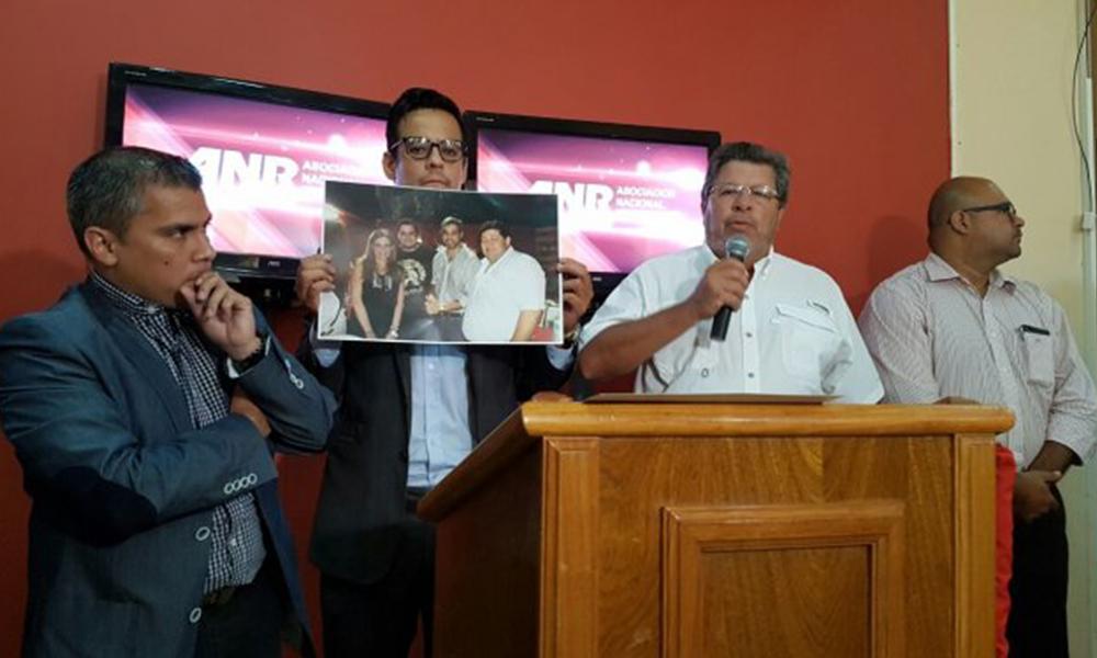 Los colorados oficialistas exponen una fotografía en donde se observan a miembros de la disidencia y oposición. Foto://Ultimahora.com