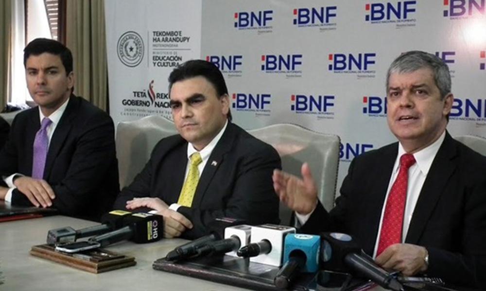 Santiago Peña, ministro de Hacienda, Carlos Pereira, presidente del BNF y Enrique Riera, ministro de Educación. Foto://MEC