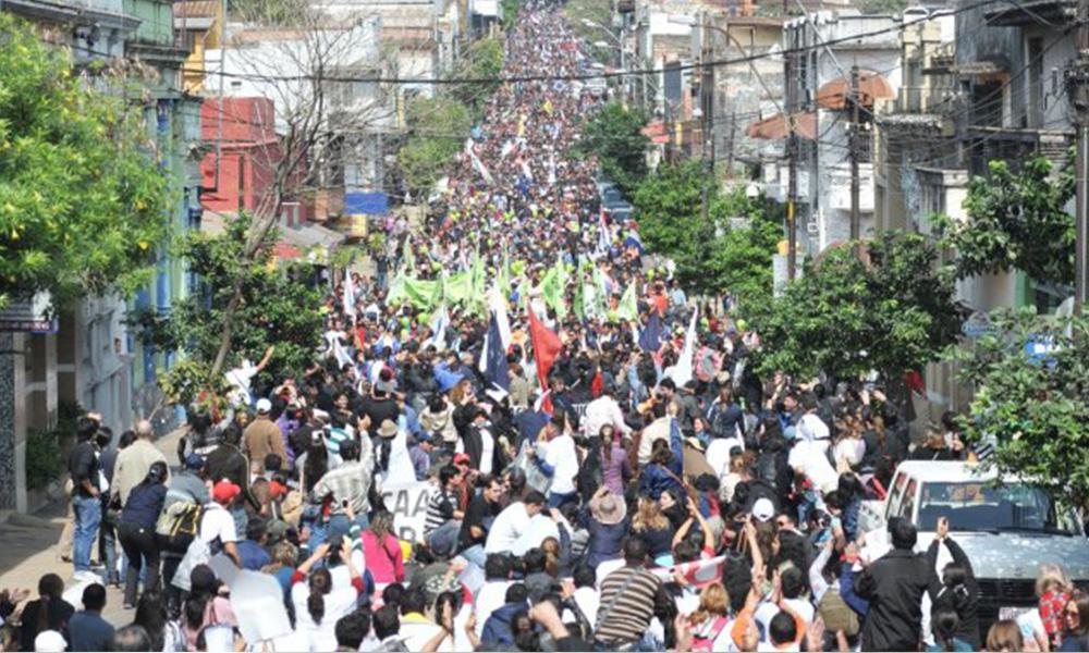 Al menos 60 mil docentes se manifiestan pidiendo aumento salarial. Foto://Ultimahora.com