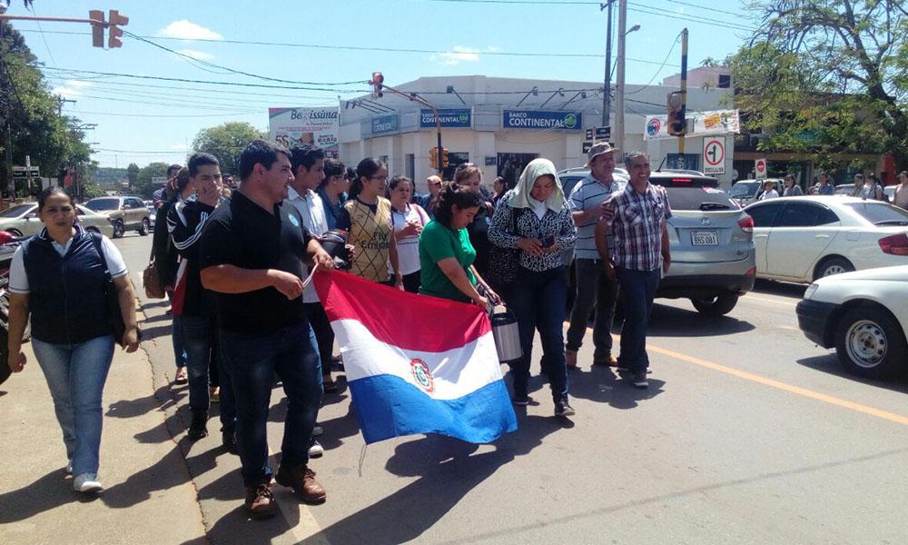Docentes agremiados a la Unión Nacional de Educadores UNE, realizaron una manifestación en la plazoleta de la Catedral Virgen del Rosario, para posteriormente marchar unas tres cuadras sobre la Avenida Defensores del Chaco. //OviedoPress