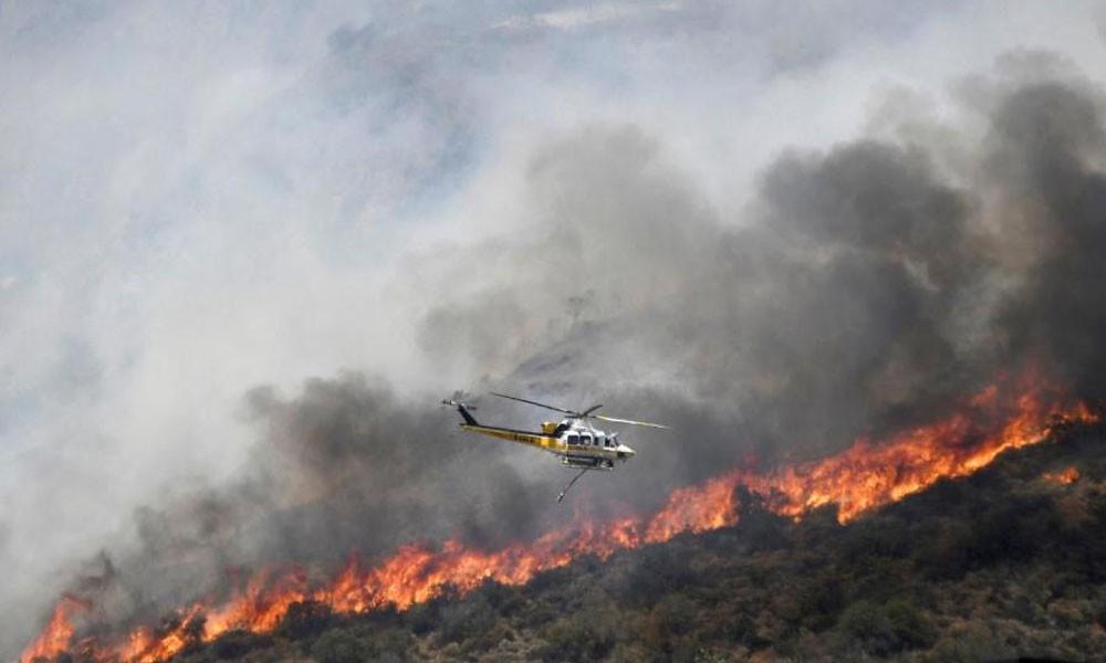 Los incendios de Los Ángeles arden fuera de control y arrasan . //univision.com