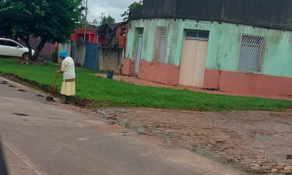 La aparente septuagenaria mujer disponía despejar la vereda de los restos de basura que el raudal dejó frente a su vivienda. || Cortesía