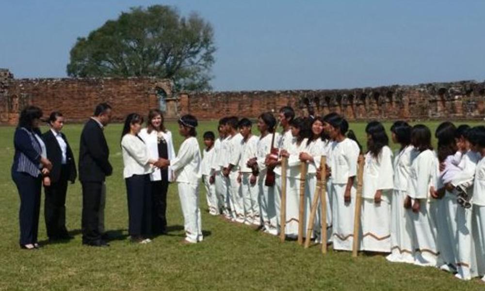 La pricesa se tomó el tiempo para estrechar la mano de niños indígenas. Foto://Agencia IP Paraguay.