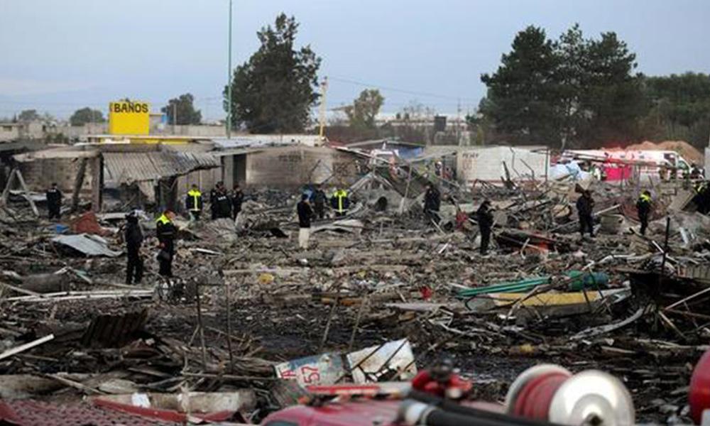 Paramédicos de la Cruz Roja, integrantes del ejército mexicano, bomberos y miembros de Protección Civil trabajan en la zona de una explosión registrada en un mercado de pirotecnia del municipio mexicano de Tultepec, en el Estado de México(México).EFE