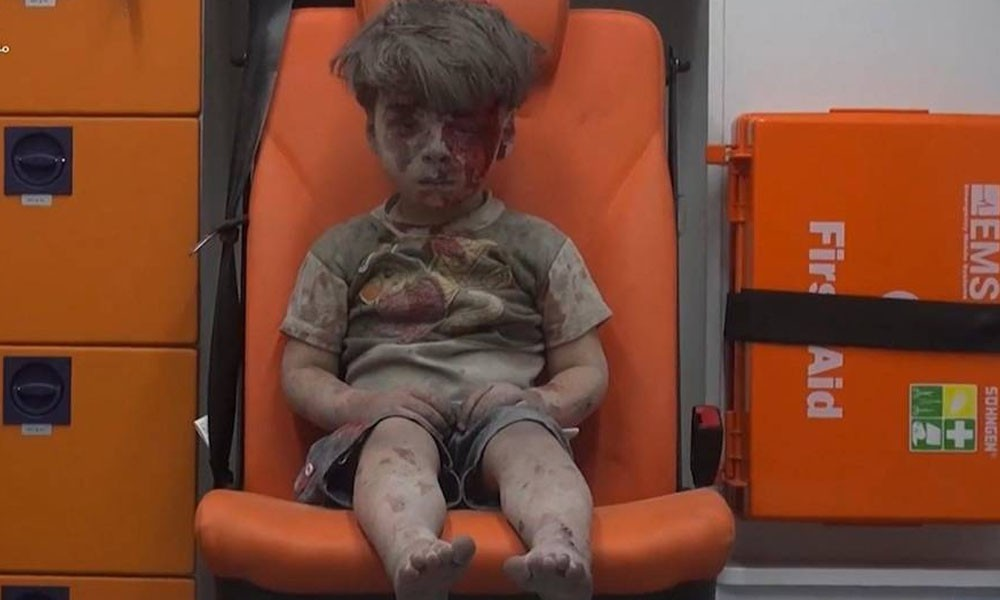 Un niño sentado en una ambulancia, en una imágen del vídeo difundido por Aleppo Media Center (AMC), un grupo activista contrario al Gobierno sirio. AP // ALEPPO MEDIA CENTER