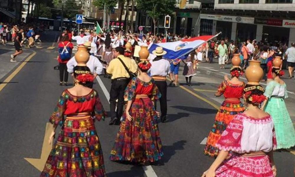 Los miembros de Tierra Mía desfilan por las calles de Friburgo (Suiza)//Gentileza.
