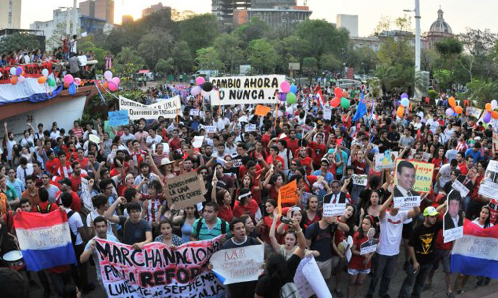 Repleto. Los jóvenes hicieron escuchar sus reivindicaciones en la Plaza de la Democracia. Foto://Ultimahora.com.py.