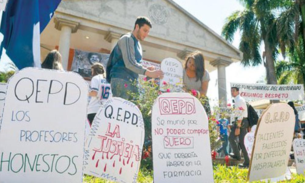Sepultados. En creativas lápidas, los universitarios manifiestan su indignación y reclamos. Foto://Ultimahora.com.py.