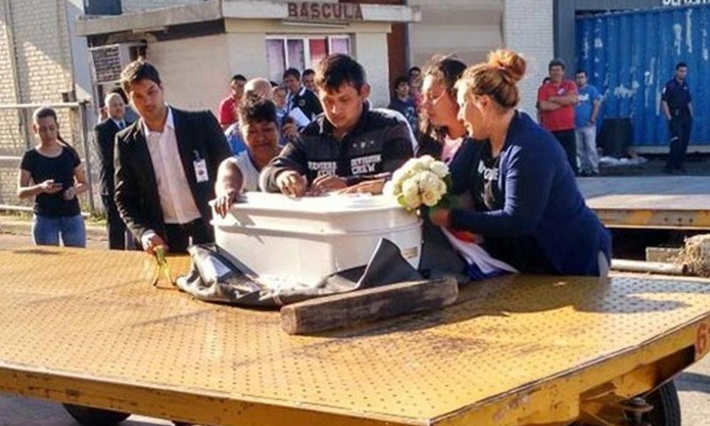 Momento de la llegada del féretro al aeropuerto Silvio Pettirossi. Foto://Paraguay.com
