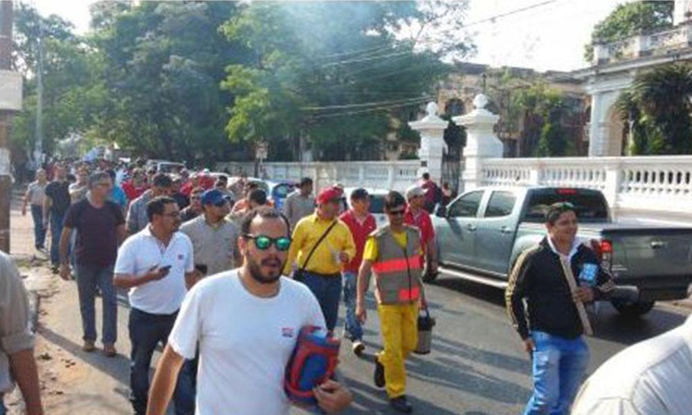 Cientos de funcionarios se manifestaron este martes. Foto://Ultimahora.com.