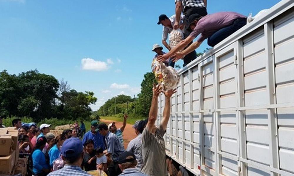 Descarga de víveres en Antebi Cué. Foto://Paraguay.com