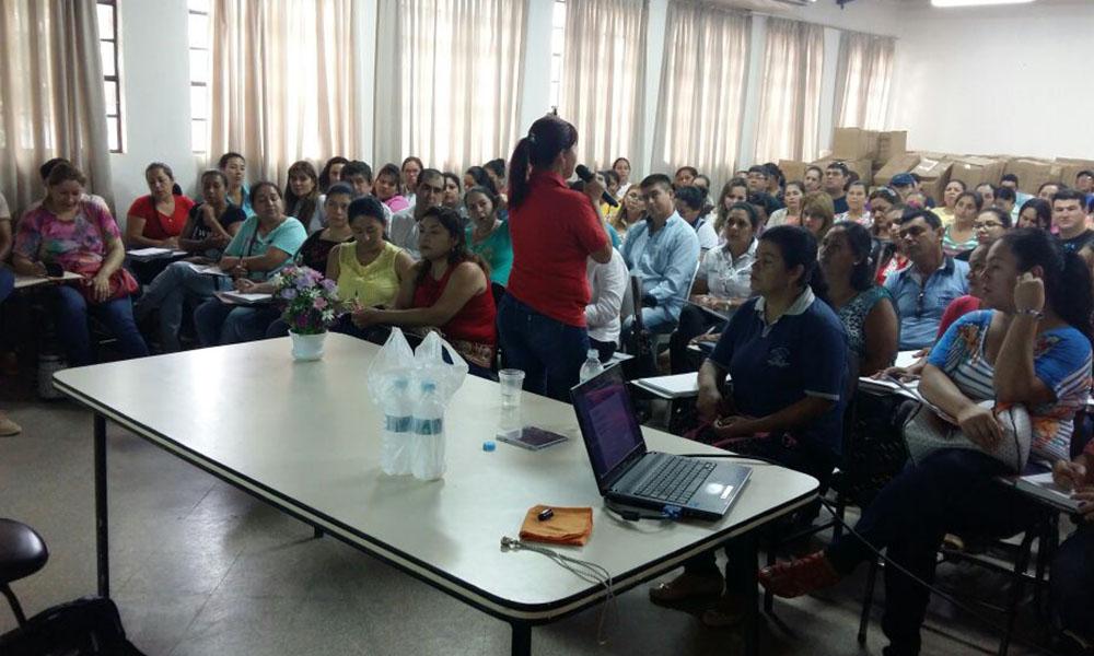 Jornada de capacitación a docente en el Colegio Nacional Dr. Pedro P. Peña de Coronel Oviedo. Foto://OviedoPress