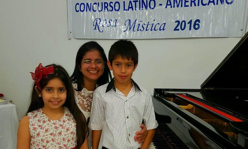 Ganadores. Jimena Belén González Serrán y Matías Daniel Troche Rojas en compañía de la profesora Rossana Rojas. //Gentileza