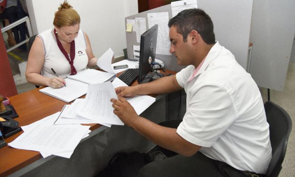 Más denuncias. Juan Servín entregó 30 denuncias provenientes de Ybycuí, lo que hace aumentar a 200 las denuncias. Foto://Ultimahora.com