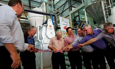 Los socios fundadores, Peter Funk, Johan Fehr y Peter Hildebrand, desatan la cinta que dio por inaugurada la fábrica.