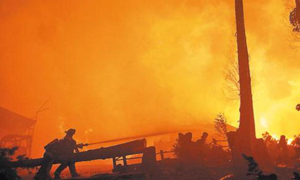 Sin parar. El fuego avanza dejando a su paso 11 muertos y más de 3.000 damnificados. Foto://Ultimahora.com