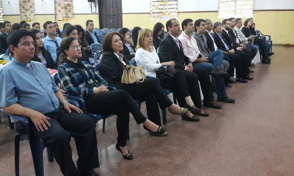 Ex alumnos destacados, autoridades de la institución y padres de familia, presentes en la defensa de proyecto. //OviedoPress