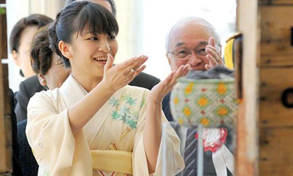 Deslumbrada. Durante muestra de la producción de migrantes, la princesa no ocultó su admiración por trabajos de artesanía. Foto: Ultimahora.com.py.